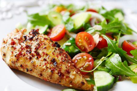 Kød og salat på tallerken