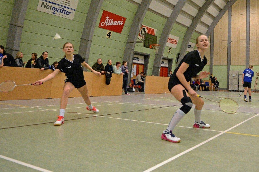 Piger spiller badminton