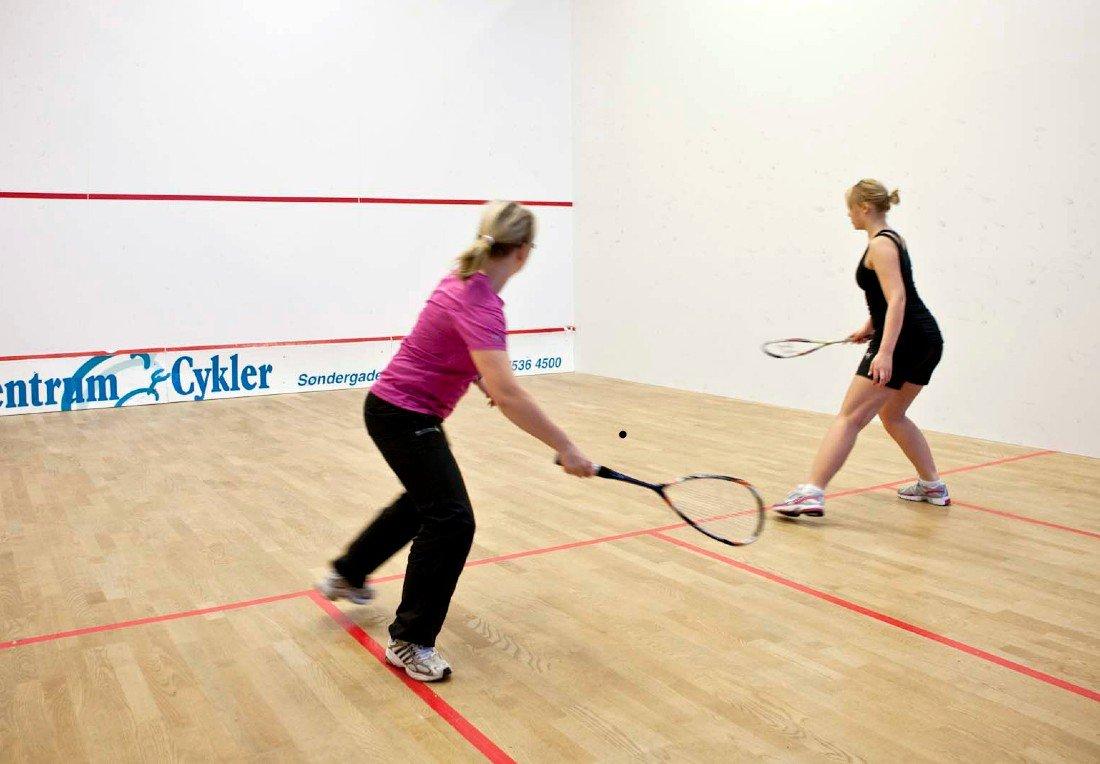Kvinder spiller squash