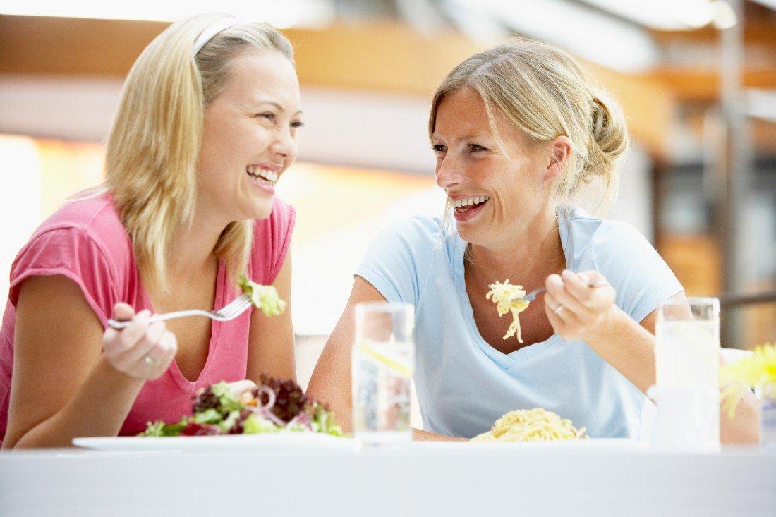 Kvinder spiser middag